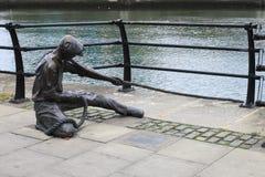 Grensrechterstandbeeld bij Liffey-rivier in Dublin stock afbeelding