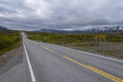 Grenzüberschreitung zwischen Finnland und Norwegen nördlich Kilpisjärvi, Grenzüberschreitung ist 200m entlang der Straße ein Kop Lizenzfreie Stockfotografie