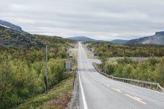 Grenzüberschreitung zwischen Finnland und Norwegen nördlich Kilpisjärvi, Grenzüberschreitung ist 200m entlang der Straße ein Kop Lizenzfreies Stockbild