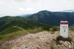 Grenz-Stein mit Polen in West-Tatra Bergen Rohace, Slowakei Lizenzfreies Stockfoto