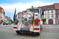 Grenzausflug mit weißem touristischem Minizug formte Auto mit deutscher und französischer Flagge in der Front und stand auf Markt stockfotos