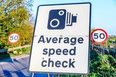 50 Grenzdurchschnittsgeschwindigkeitskontrollwegweiser BRITISCHER Autobahnausgang Lizenzfreie Stockbilder