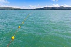 Grenze des Rettungsraums markiert mit Linie von gelben Plastikbojen Lizenzfreie Stockfotos
