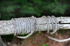 Grenze durch altes Seil stockbilder