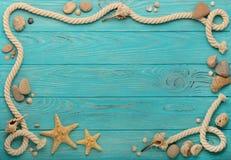 Grenze mit Seil, Steinen, Seeoberteilen und Starfish auf einem Türkis stockfotos
