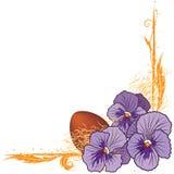 Grenze mit violetten Pansies und Ei Stockfoto