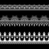 Grenze Spitze mehndi Elemente in der indischen Art für Karte und Tätowierung lokalisiert auf schwarzem Hintergrund Lizenzfreie Stockfotos
