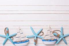 Grenze von den dekorativen Segelbooten und von den Marineeinzelteilen auf hölzernem Lizenzfreies Stockbild