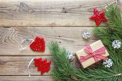 Grenze von den Kiefernniederlassungen, von den Weihnachtsdekorationen und vom Geschenk BO Lizenzfreies Stockbild
