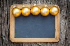 Grenze von Goldweihnachtsbällen Stockfotos