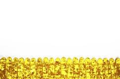 Grenze von identischen bernsteinfarbigen Steinen Stockfotos