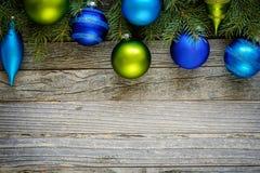 Grenze von Weihnachtsbaumasten mit Verzierungen Stockfotografie