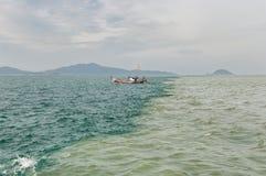 Grenze zwischen Meer und Fluss Stockfoto
