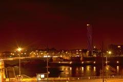Grenzen von Fluss die Seine in Rouen nachts, mit Wolkenkratzern der wichtigen Stellung lizenzfreie stockfotos