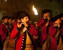 Grenzende Soldaten in KolonialWilliamsburg Stockfotos
