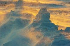 Grenzenlose eisige Landschaft während eines Schneesturmes bei Sonnenuntergang im Winter Lizenzfreies Stockbild
