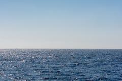 Grenzenloser Raum mit einer Ansicht ?ber einen Ozean mit Raum f?r Text stockbild