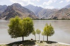 Grenzfluss Panj im Wakhan-Tal mit Tadschikistan im Vordergrund und Afghanistan im Hintergrund lizenzfreie stockfotografie
