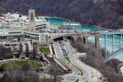 Grenzgrenze Vereinigte Staaten und Kanada, Niagara Falls Schattenbild des kauernden Geschäftsmannes stockfotos