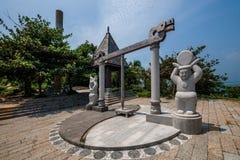 Grenzinsel Lingshui-Ansicht-Hai Ting Tong-Sonne und die Mond- und Goldenekeuleskulptur Stockbilder