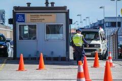 Grenzkontrolle, welche die Immigration am Hafen überprüft lizenzfreie stockfotografie