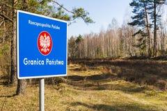 Grenzpfeiler mit dem Emblem des Polnischen. Stockfoto