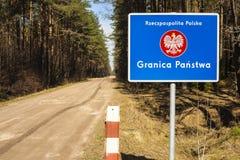 Grenzpfeiler mit dem Emblem des Polnischen. Stockfotografie