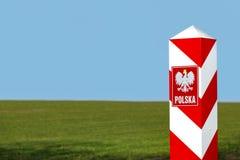 Grenzpfeiler und Emblem des Polnischen Lizenzfreie Stockfotos