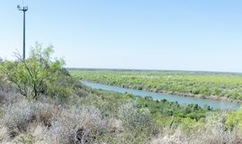 Grenzschutz-Kameraturm Vereinigter Staaten, der über das Rio G aufpasst stockfotografie
