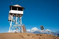 Grenzstein an der Oberseite der Poonhill Spitze, Nepal Lizenzfreie Stockbilder
