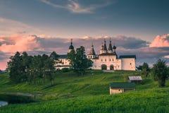 Grenzstein Ferapontov Kloster auf Hügel am Sonnenuntergang Stockfotos