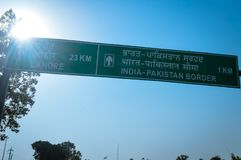 Grenzstraßenschild Indiens Pakistan Amritsar Lahore stockbild