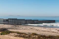 Grenzzaun Along die Uns-Mexiko-Grenze mit Los Coronados Stockfoto