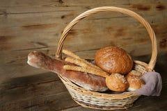gressins assortis de pain et de sésame dans un panier sur une table rustique en bois avec l'espace de copie pour le texte images stock