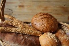 Gressins assortis de pain et de sésame dans un panier sur une table rustique en bois images stock
