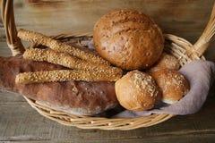 Gressins assortis de pain et de sésame dans un panier sur une table rustique en bois images libres de droits