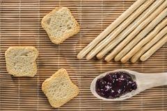 Gressins, pains grillés et confiture de myrtille image stock