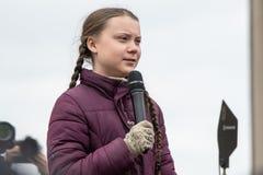 Greta Thunberg, die mit ihrem Publikum an einer Demo in Berlin spricht stockfotografie