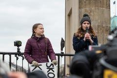 Greta Thunberg, die mit ihrem Publikum an einer Demo in Berlin spricht lizenzfreie stockfotografie