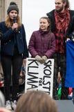 Greta Thunberg, die mit ihrem Publikum an einer Demo in Berlin spricht lizenzfreie stockfotos