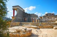 GRETE海岛,希腊, 2012年9月12日:近古色古香的Knossos寺庙宫殿到伊拉克利翁 米诺斯希腊建筑学宫殿  我的希腊 免版税库存图片