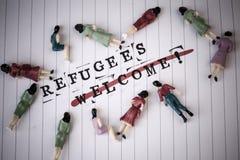 Greve da boa vinda dos refugiados através do texto no papel imagem de stock royalty free