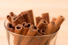 Greve perfumada da canela aos pratos, às sobremesas e às bebidas do alimento A Fotos de Stock Royalty Free