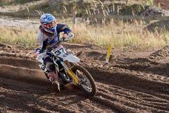 GREVENBROICH, ALEMANHA - 1º DE OUTUBRO DE 2016: Lutas não identificadas de um cavaleiro do motocross para a qualificação Foto de Stock Royalty Free