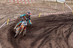 GREVENBROICH, ALEMANHA - 1º DE OUTUBRO DE 2016: Lutas não identificadas de um cavaleiro do motocross para a qualificação Imagens de Stock