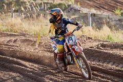 GREVENBROICH, ALEMANHA - 1º DE OUTUBRO DE 2016: Lutas não identificadas de um cavaleiro do motocross para a qualificação Imagem de Stock Royalty Free