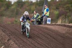 GREVENBROICH, ALLEMAGNE - 1ER OCTOBRE 2016 : Combats non identifiés d'un cavalier de motocross pour la qualification Photographie stock
