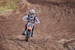 GREVENBROICH, DEUTSCHLAND - 1. OKTOBER 2016: Kämpfe eines nicht identifizierte Motocrossreiters für Qualifikation Stockfotos