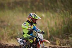 GREVENBROICH NIEMCY, PAŹDZIERNIK, - 01, 2016: Motocross jeźdza niezidentyfikowane walki dla kwalifikaci Obraz Royalty Free