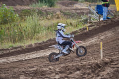 GREVENBROICH NIEMCY, PAŹDZIERNIK, - 01, 2016: Motocross jeźdza niezidentyfikowane walki dla kwalifikaci Obrazy Stock